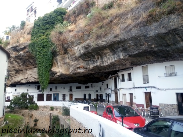 Setenil de las Bodegas - munte peste case